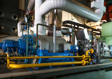 клапаны системы насосного отделения трубопроводов манометров топления оборудования боилера самомоднейшие мочат стоковое изображение