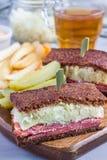 Классика reuben сандвич, который служат с соленьем укропа, картофельные стружки, вертикальные Стоковые Изображения RF