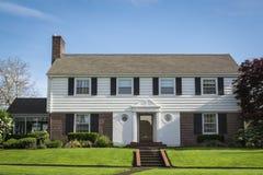 Классицистический американский пригородный дом Стоковое Изображение