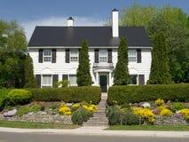 Классицистический белый колониальный дом стиля Стоковая Фотография