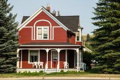 Классицистический деревянный дом с крылечком Стоковое Изображение RF