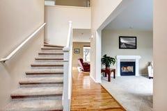 Классицистический домашний интерьер с живущей комнатой и лестницей. Стоковые Фото