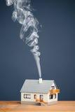 Классицистический дом с тропкой дыма Стоковое Изображение RF