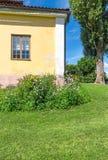 Классицистический скандинавский дом на зеленой лужайке Стоковые Изображения RF