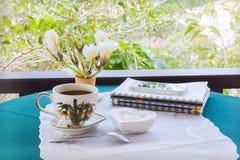 Классическая белая чашка черного кофе украшенная с примечанием и ручкой с зеленой предпосылкой природы Стоковое Изображение RF