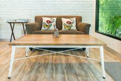 Классическая винтажная мебель стиля установила в живущую комнату Стоковая Фотография RF