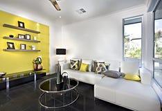 Классическая живущая комната с софой и подушками стоковые изображения rf