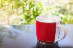 Классическая красная чашка черного кофе и предпосылки дерева Стоковая Фотография RF