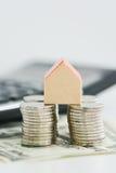 Классическая домашняя модель с кучей изолированных монеток Стоковое Изображение