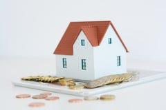 Классическая домашняя модель с кучей изолированных монеток Стоковые Изображения RF