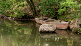 Классическая старая деревянная шлюпка в пруде Стоковая Фотография