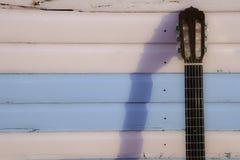Классическая шея гитары против пастельного пинка и синь приставают хату к берегу Стоковая Фотография