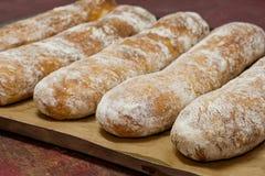 Классические багеты на листе выпечки bakersfield стоковые фотографии rf
