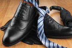 Классические ботинки людей, связь, перчатки, зонтик на древесине Стоковые Фотографии RF