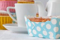 Классические булочки с изюминками на деревянной предпосылке Стоковые Фото
