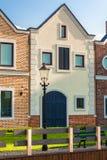 Классические голландские дома на улице на солнечном дне Стоковое Изображение