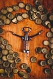 Классические консервооткрыватель бутылки и куча крышек пивной бутылки Стоковое фото RF