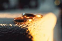 Классические обручальные кольца золота на белой предпосылке Стоковые Изображения