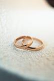 Классические обручальные кольца золота на белой предпосылке Стоковое Изображение