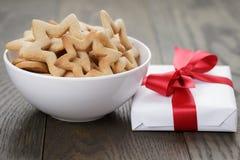 Классические печенья звезды в белых шаре и подарке Стоковые Изображения