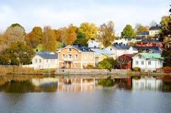 Классические старые деревянные дома и их отражение в воде Стоковые Фото