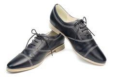 Классические черные кожаные ботинки с шнурками на белой предпосылке Стоковое Фото