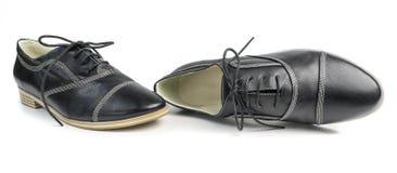 Классические черные кожаные ботинки с шнурками на белой предпосылке Стоковые Фото