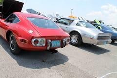 Классические японские и американские автомобили спорт встают на сторону - мимо - сторона стоковое фото