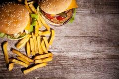 Классические cheeseburgers на деревянной плите Стоковое Изображение