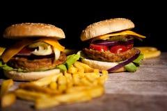 Классические cheeseburgers на деревянной плите Стоковое Изображение RF