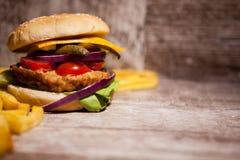 Классические cheeseburgers на деревянной плите Стоковая Фотография