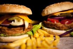 Классические cheeseburgers на деревянной плите Стоковые Изображения RF