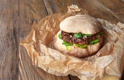Классический американский бургер, фаст-фуд на деревянной предпосылке Стоковое Изображение RF