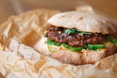 Классический американский бургер, фаст-фуд на деревянной предпосылке Стоковые Изображения
