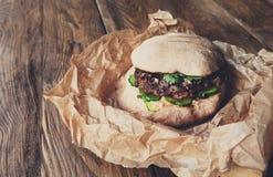Классический американский бургер, фаст-фуд на деревянной предпосылке Стоковые Фотографии RF