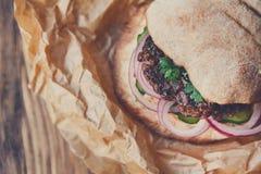 Классический американский бургер, фаст-фуд на деревянной предпосылке Стоковое Фото