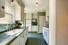 Классический американский интерьер комнаты кухни в зеленых и белых тонах Стоковые Фото