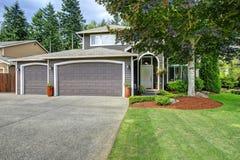 Классический американский дом с гаражом и подъездной дорогой 2 автомобилей Стоковые Изображения RF