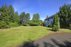 Классический американский дом с голубой фасадной краской Стоковая Фотография RF