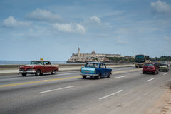 Классический американский привод автомобиля на улице в Гаване, Кубе Стоковое фото RF