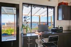 Классический большой яркий интерьер домашнего офиса с современным и antiqu Стоковые Фотографии RF