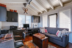 Классический большой яркий интерьер домашнего офиса с современным и antiqu Стоковое фото RF