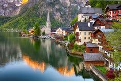 Классический взгляд открытки известного reflecti городка берега озера Hallstatt Стоковая Фотография RF