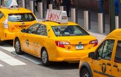 Классический взгляд улицы желтых кабин в Нью-Йорке Стоковая Фотография