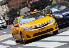 Классический взгляд улицы желтых кабин в Нью-Йорке Стоковое Фото