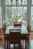 классический деревянный обеденный стол с 6 стульями вокруг готовя окна Стоковая Фотография