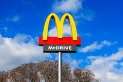 Классический знак McDonald с голубым небом стоковые изображения