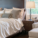 Классический интерьер спальни стиля с роскошным украшением стоковое фото rf