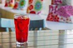 Классический коктеиль, треска накидки служил в стекле Стоковое Фото