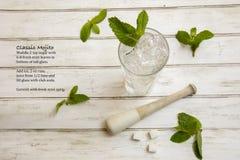 Классический коктеиль Mojito с sprigs и рецептом свежей мяты Стоковое фото RF